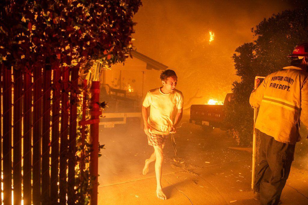 Житель Калифорнии покидает свой дом в Таузенд-Оуксе из-за масштабных пожаров