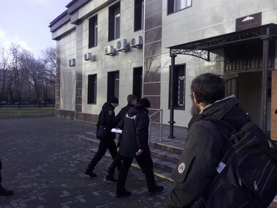 Роман Джумаєв під конвоєм іде в суд