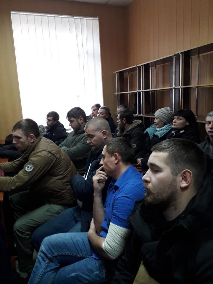 Воїни АТО і місцеві жителі, розгнівані безкарністю бойовика, прийшли на судове засідання
