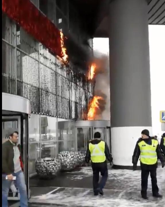 Под Москвой вспыхнул крупный ТЦ: фото и видео с места ЧП