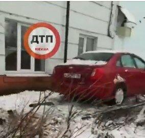 В Киеве водитель авто влетел в школу и сбежал: видео