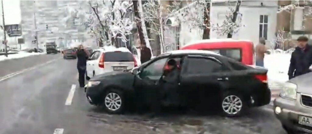 У Києві на пішохідному переході зіштовхнулися 6 авто: перше відео