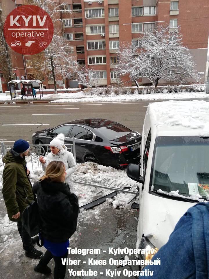 В Киеве микроавтобус влетел в авто с беременной и врезался в магазин