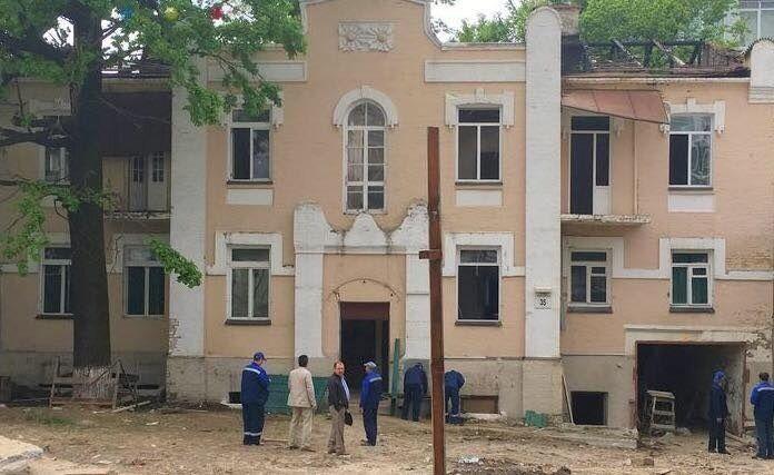 Будинок з ромашками