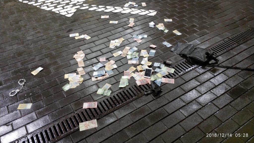 У Києві озброєна банда грабувала заправку: фото