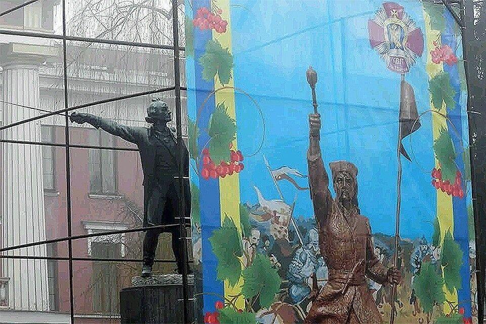 Монумент прикрили тентом