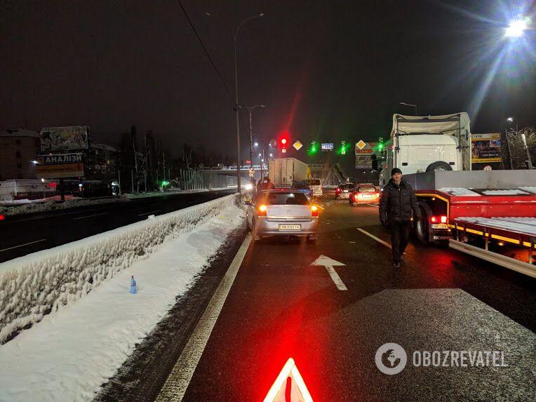 Под Киевом фура разнесла автомобили: первые фото масштабного ДТП