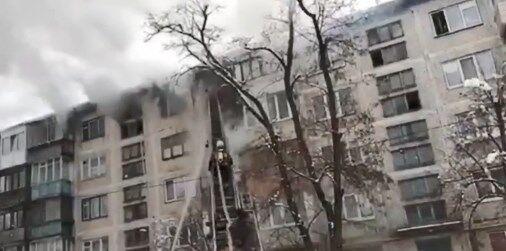 У Києві спалахнула квартира з дитиною всередині: відео пожежі