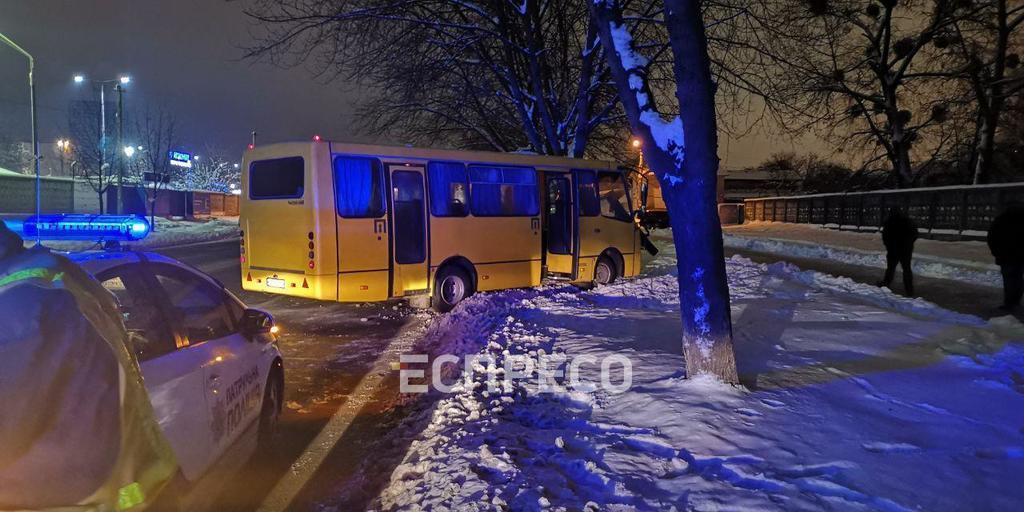 У Києві маршрутка збила людину і врізалася у стовп