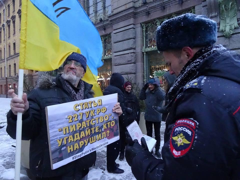 Россияне провели пикеты с флагами Украины