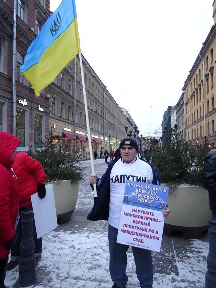 ''Путин — это война!'' Россияне провели новые пикеты с флагами Украины