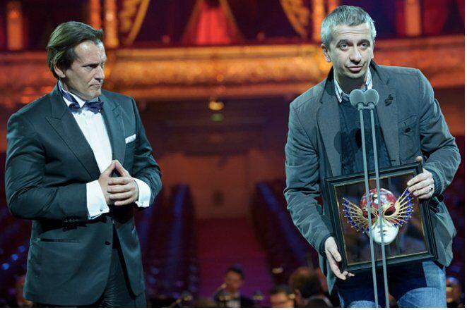 Константин Богомолов с наградой в руках
