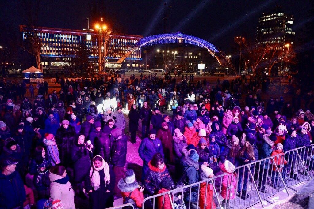 В Запорожье зажгли главную елку города: как она выглядит