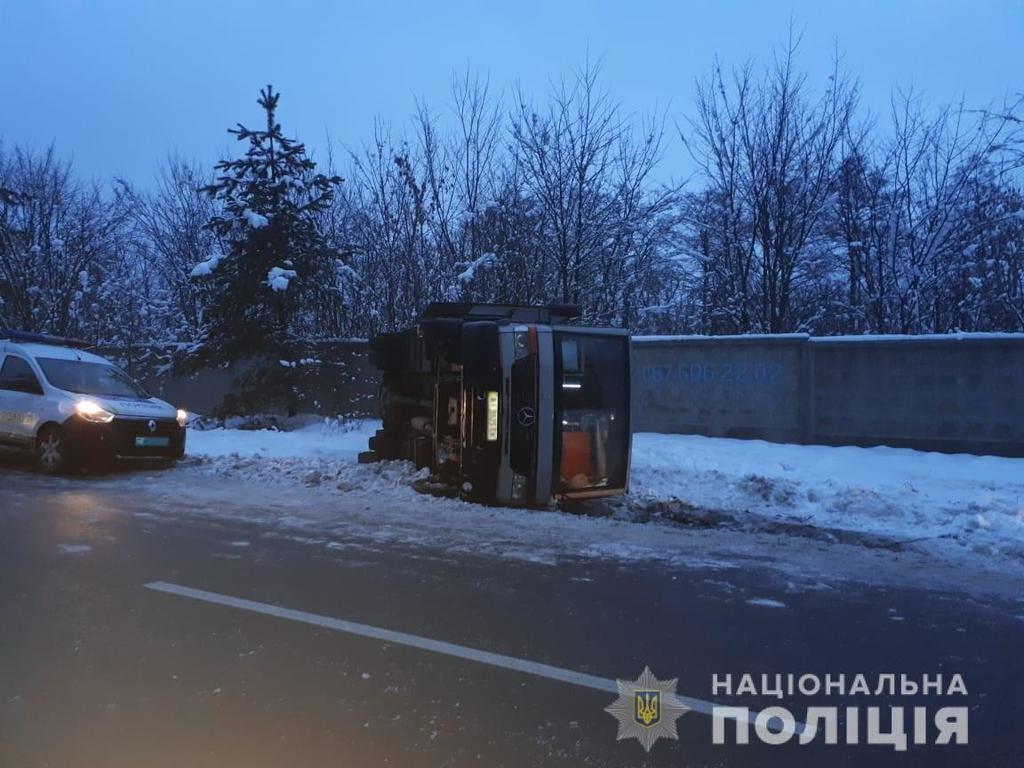 Автобус перекинувся на дорозі
