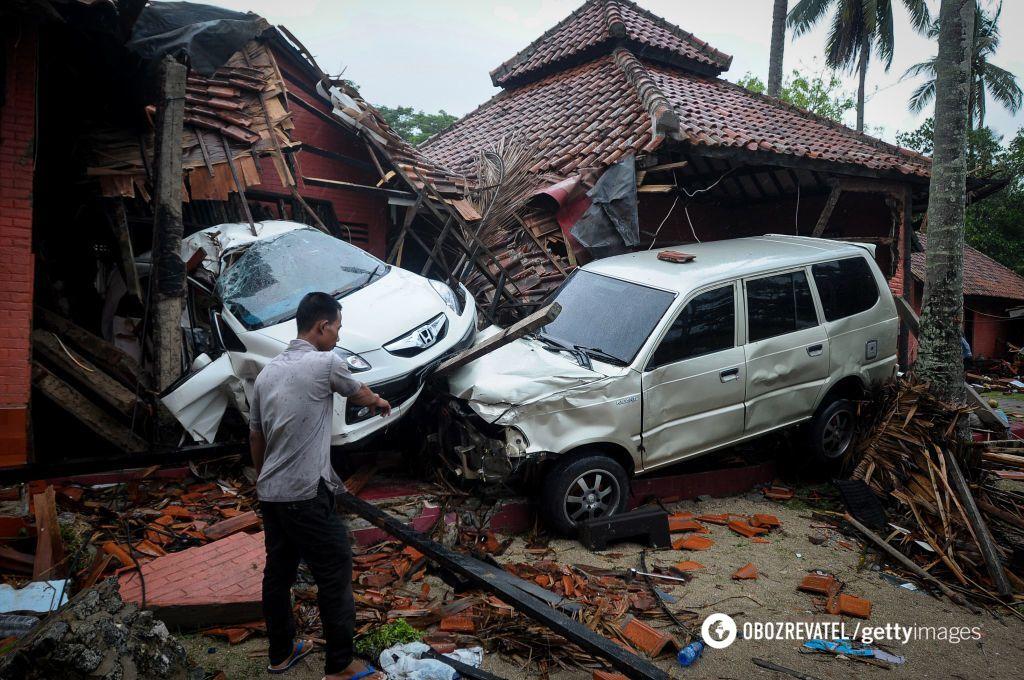 Последствия цунами и землетрясения в Индонезии
