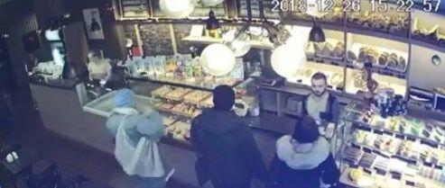 У Києві злодійки обчистили покупця біля каси: відео
