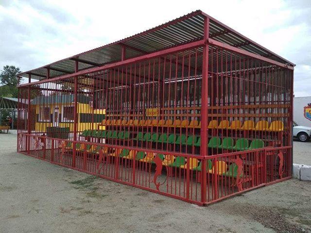 """Клітка на новому фан-секторі стадіону """"Інгульця"""""""