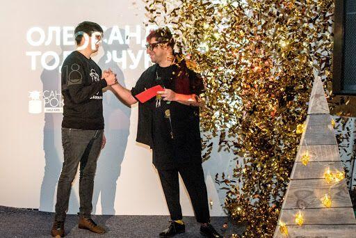 """Гарик Корогодский, """"Санта"""" 2017 года, вручает приз новому """"Санте"""""""