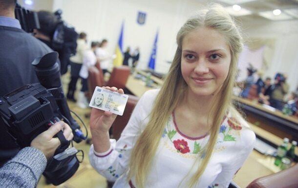 На работе, в банках и на выборах: украинцы с ID-картами столкнулись с проблемами