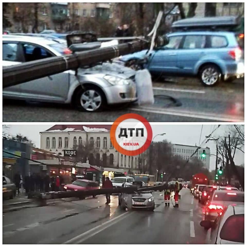 Столб раздавил авто: в Киеве — необычное ЧП на дороге