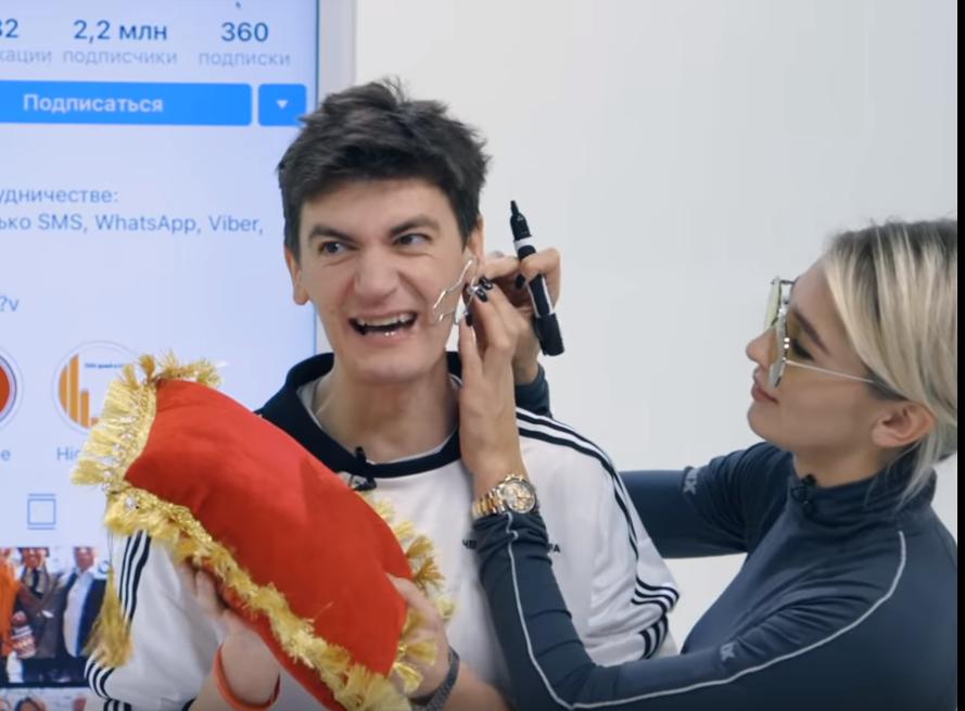 Российскому юмористу нарисовали пенис на лице