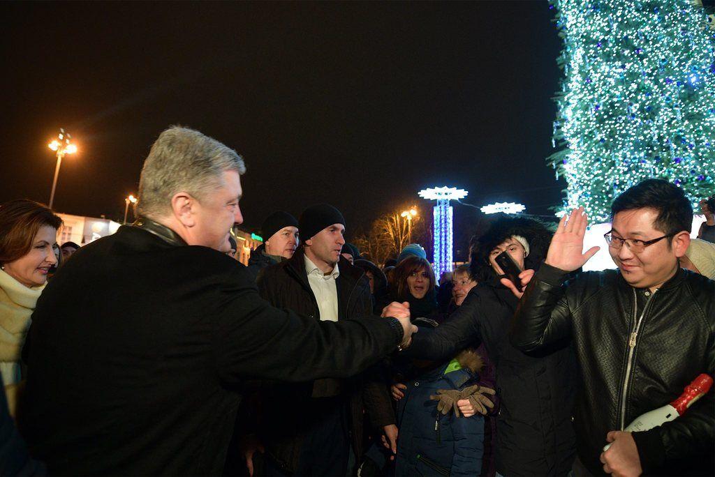 """''Дальше от Москвы!"""" Порошенко поздравил Украину с Новым годом"""