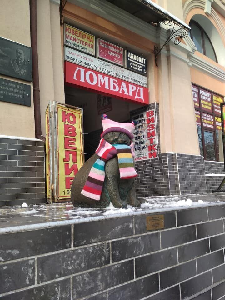 ''Дуже зворушливо'': в Одесі мило прикрасили скульптури котів
