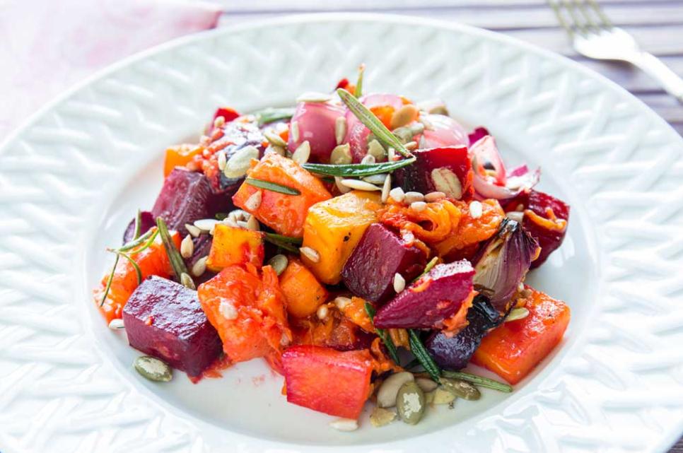 Відомий кулінар поділився рецептом салату з зимових овочів