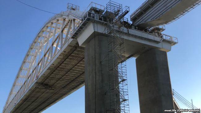 Що насправді відбувається з Кримським мостом