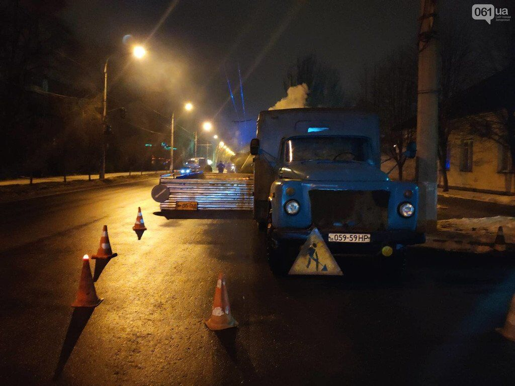 В Запорожье под фурой провалился асфальт: есть фото