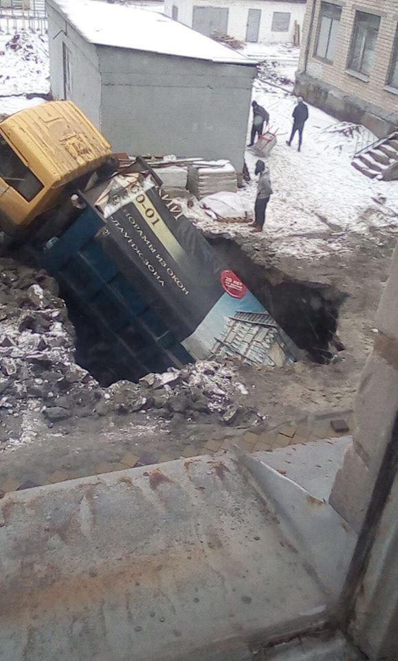 Провалився під землю: у Дніпрі на шкільному подвір'ї трапилася НП