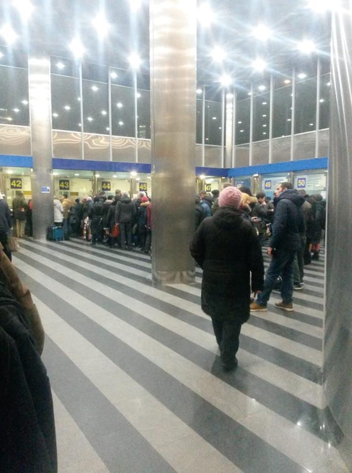 ''Закрыла кассу'': в Киеве произошел коллапс с билетами на ж/д вокзале