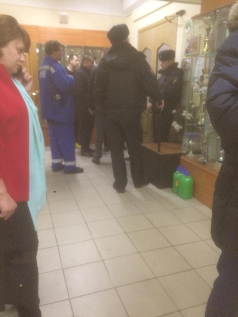 Эвакуировали школу: в Москве старшеклассник угрожал убить учителей и себя