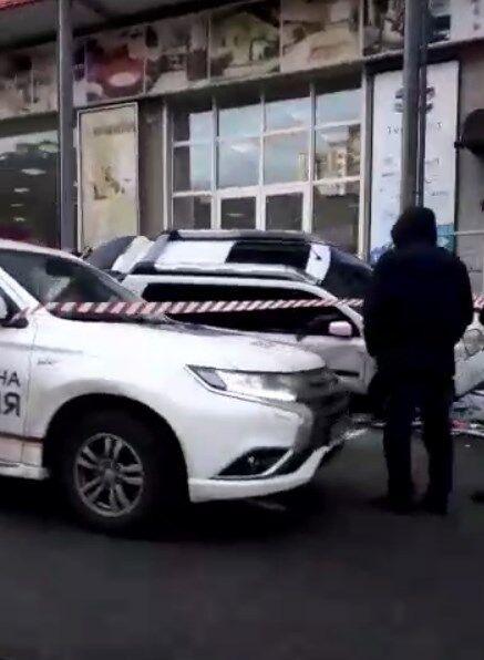 У Києві розстріляли авто на парковці супермаркету: введено план ''Сирена''