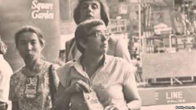 Людмила Алексеева (в центре) рядом с активисткой крымскотатарского национального движения Айше Сеитмуратовой (слева)