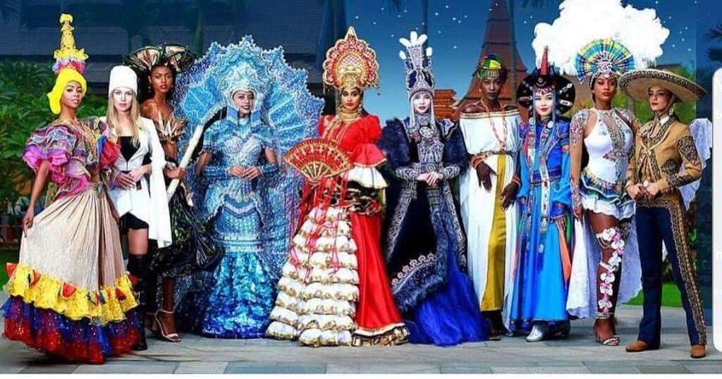 Учасниці конкурсу в стилізованих національних костюмах