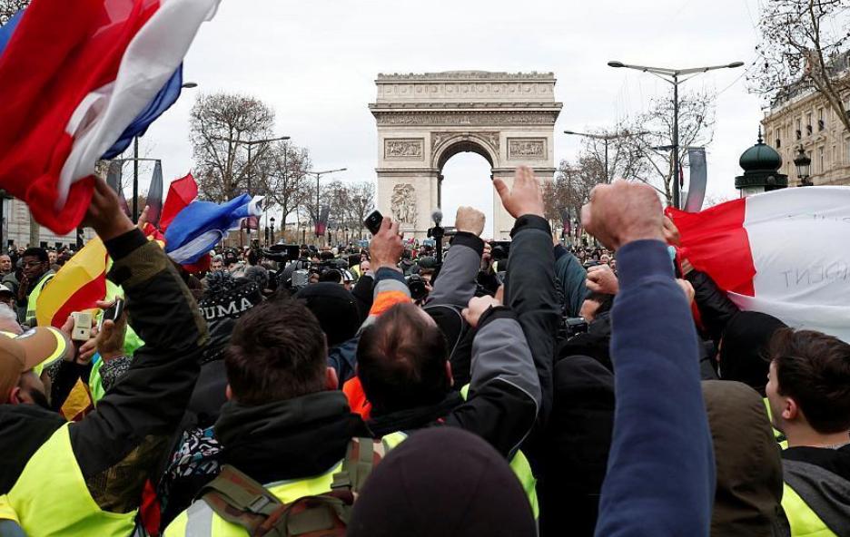 Начались столкновения: на улицы Парижа вывели бронетехнику