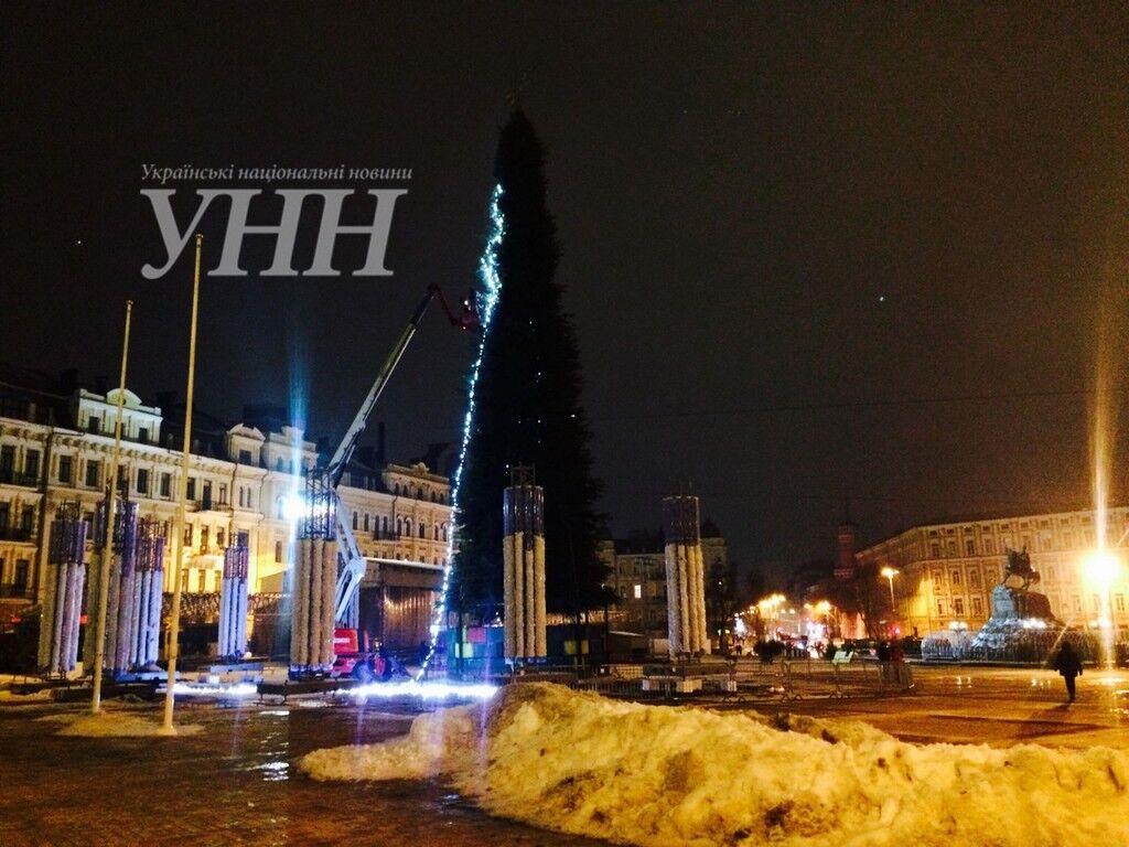 У Києві почали прикрашати головну ялинку країни