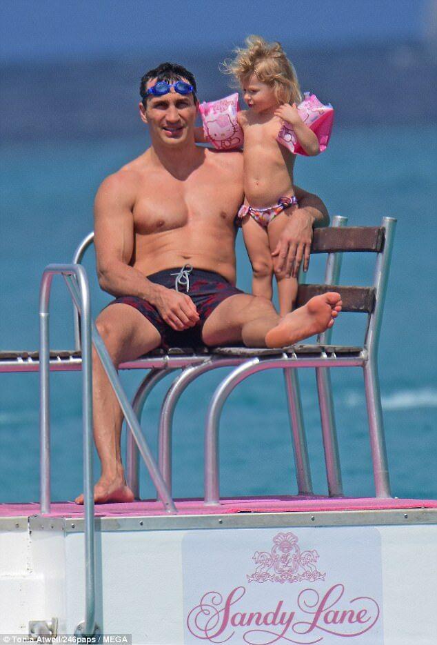 Папарацци поймали пикантный кадр с Кличко и Панеттьери на пляже