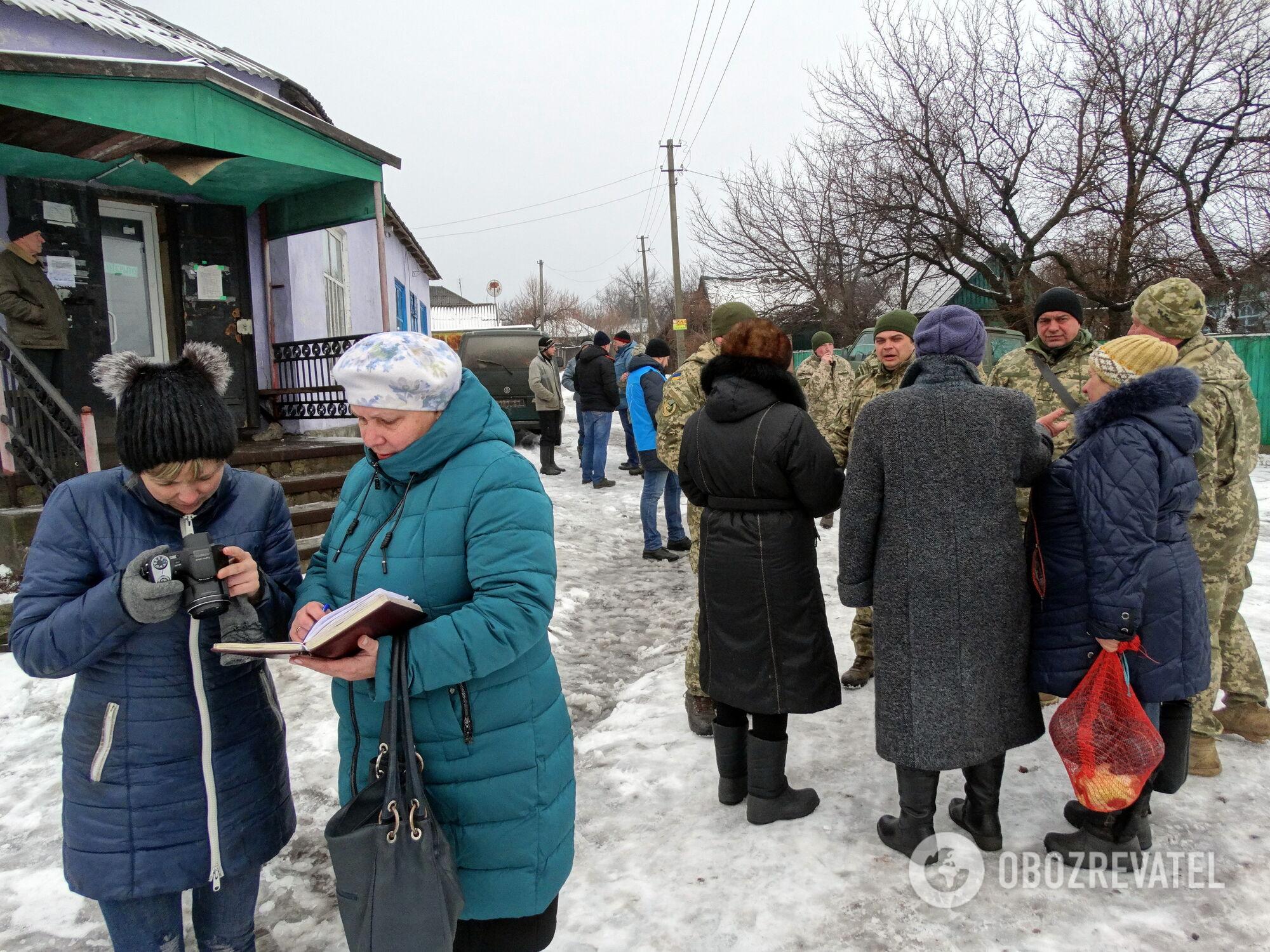 Люди ждут гуманитарку и обсуждают обещания представителей власти