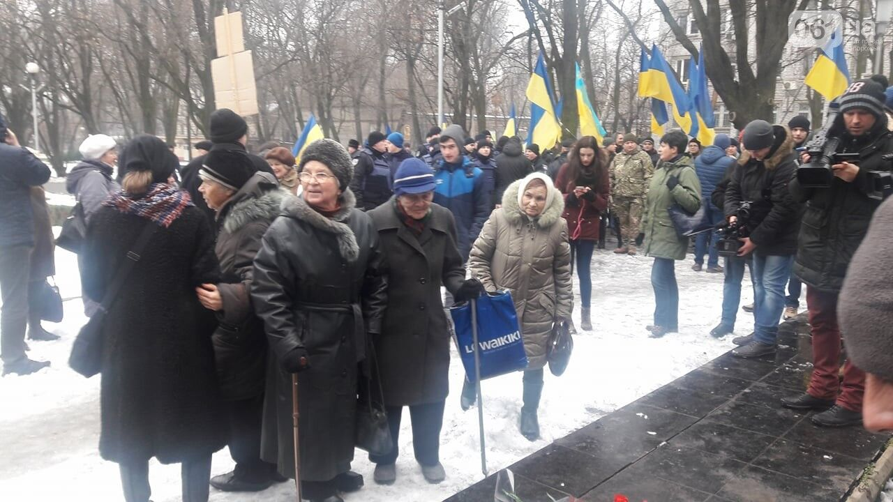 Закидали печінкою: у Запоріжжі активісти зірвали проросійську акцію