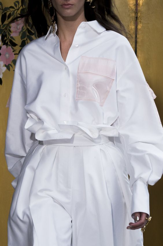 Деталь из органзы на блузе. New York Fashion Week весна/лето 2018