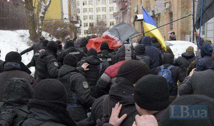 """""""Коридор ганьби"""" і побиття прапором: активісти влаштували Труханову """"пекло"""" під судом"""