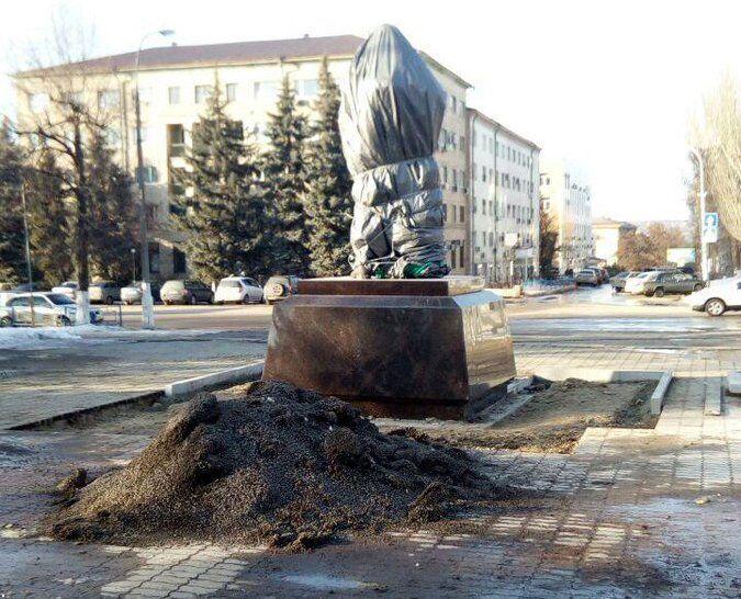 """В Луганске """"вагнеровцам"""" установили памятник-копию"""