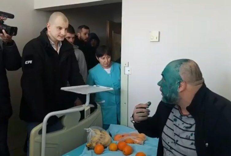 Главаря титушек Крысина облили зеленкой в больнице