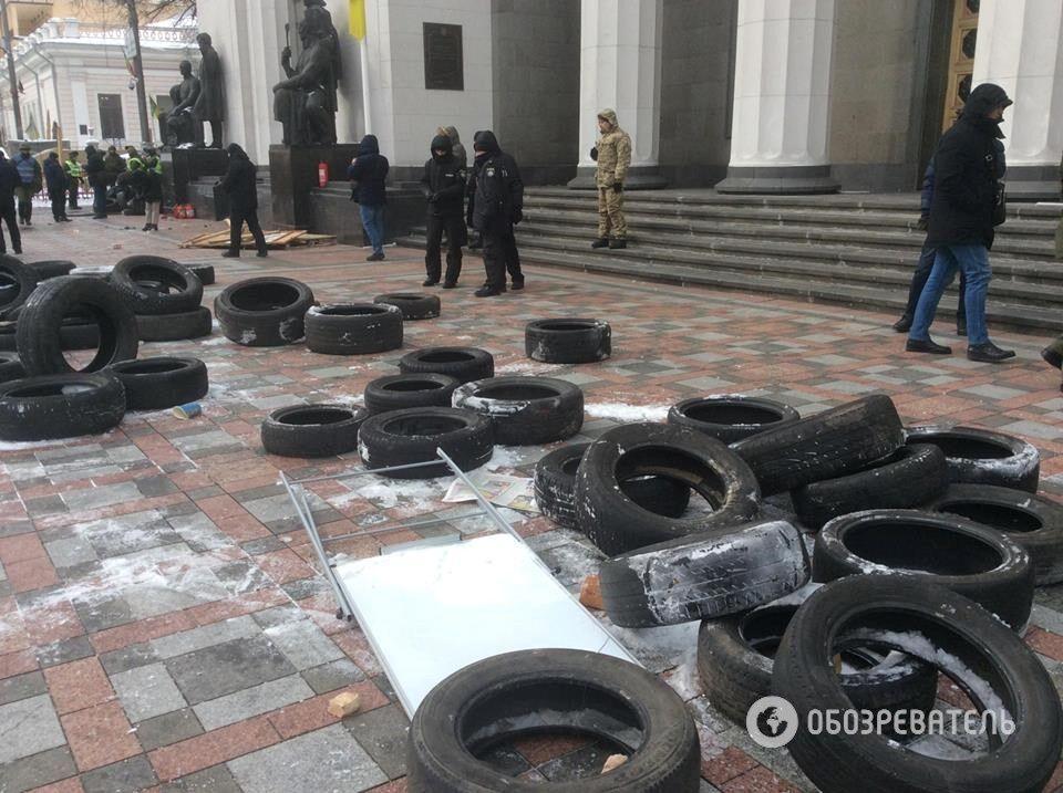 Зіткнення під Радою: постраждали 14 силовиків