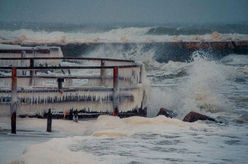 Одессит купался голышом в бушующем ледяном море