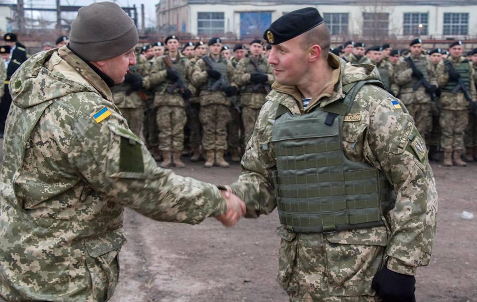 Командир 503 отдельного батальона морской пехоты Вадим Сухаревский и начальник Генерального штаба Виктор Муженко