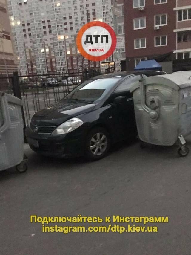 """В Киеве """"выкинули"""" в мусор героя парковки"""