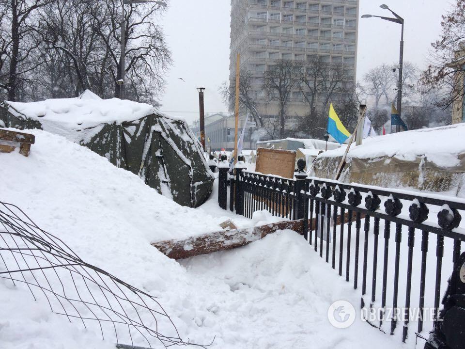 Силовики взяли в кольцо палаточный городок под Радой и подтянули автозаки